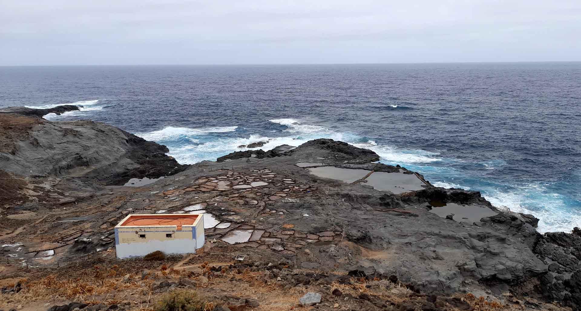 vista panoramica dell'Oceano Atlantico a Gran Canaria con le saline di Agaete